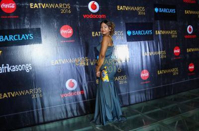 Mtangazajiwa EATV Lilian Kamazima akionesha madoido kwenye Red Carpet